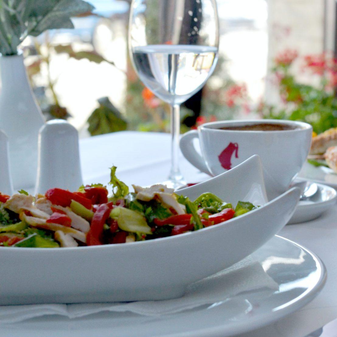 Salatzubereitung - Carmen Restaurant